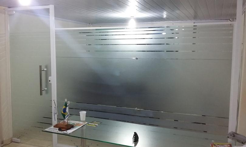 Adesivo jateado com aplica o em porta de vidro lgomes for Adesivos p porta de vidro